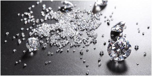 0e9204079802 Кольцо с бриллиантом — одно из самых популярных украшений. Этот бесцветный  или слегка желтоватый камень способен отражать и преломлять световые лучи,  ...